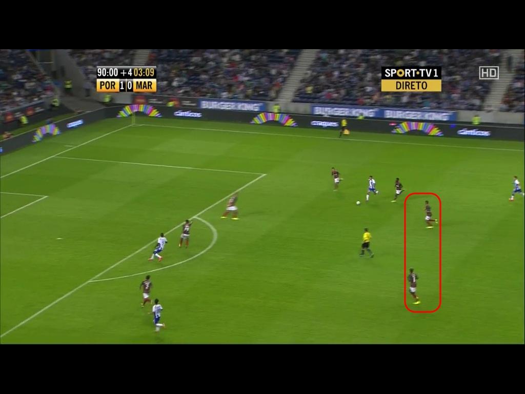 Tello nimt sich den Ball herunter und stratet direkt in den orangen Raum. Die beiden Sechser (rot) können ihn nciht mehr rechtzeitig zu pressen. Martinez psoitioniert sich an der Schnittstelle.