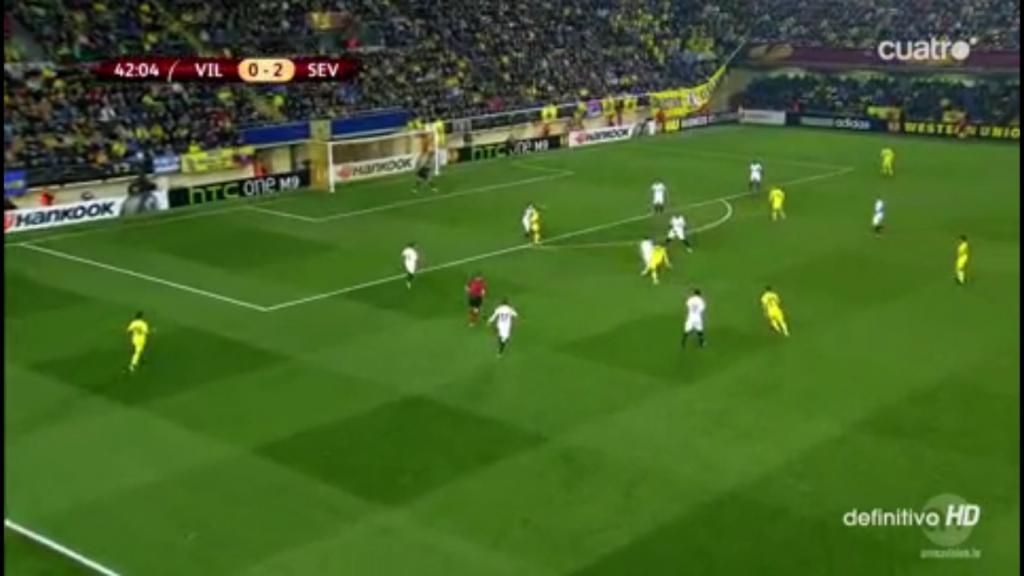 Typisches Bild: Villarreal rennt gegen die gut verengte Mitte an.
