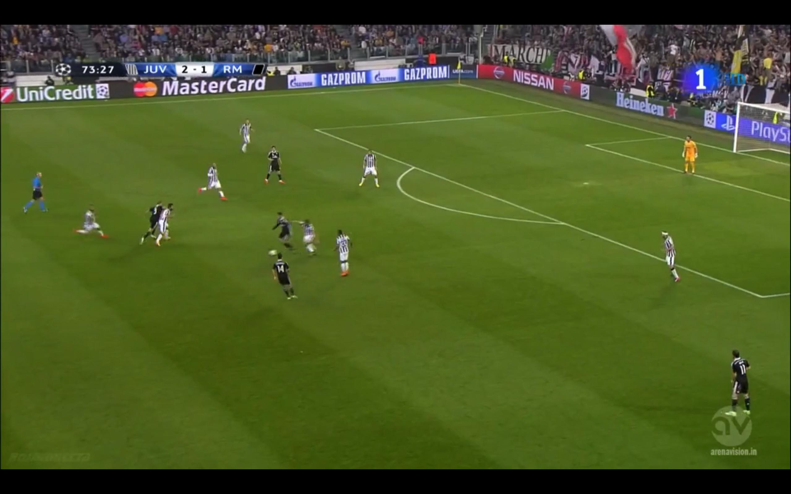 Bonucci rückt gegen Ronaldo aggressiv heraus. Chiellini hat eine zu breite Stellung und orientiert sich lose an Bale. Dadurch entsteht ein offener Kanal. Hernandez positioniert sich so, dass er ein offenes Sichtfeld hat und diesen nach einer Ablage von Ronaldo direkt bespielen könnte.