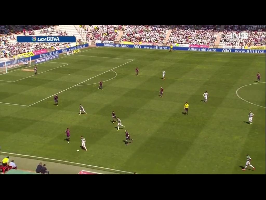Typischer tiefer Busquets. Öffnet den Diagonalen Passweg in den Halbraum um dann den Ball zu gewinnen. In beiden Einbindungen sehr wertvoll. Wird gegen Bayern aber eher tiefer spielen, da Barca dann generell stabiler ist und Bayerns Übergang ins zweite Drittel etwas anders angelegt ist als der von PSG.