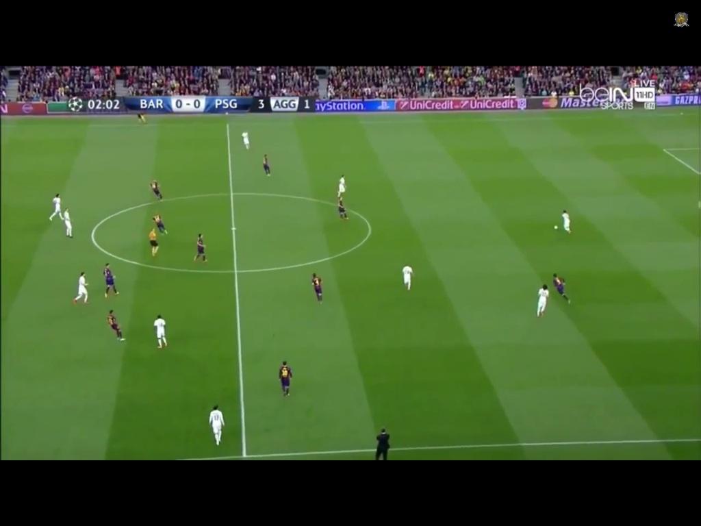 Drei PSG stehen nun im Abseits und die Staffelung ist vertikal sehr kompakt. Der Innenverteidiger muss das Spiel wieder verlagern. Ähnliche Situationen gibt es, wieder öfters zu sehen auch bei Standards